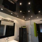 Een verlaagd plafond van Plameco in de badkamer